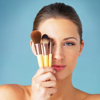 Femmme avec accessoires de maquillage